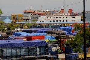 Cuaca buruk, puluhan truk sembako tertahan di pelabuhan Kupang