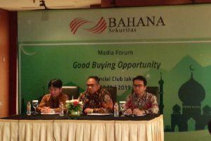 Direktur Utama Bahana Sekuritas Feb Sumandar (tengah), Kepala Riset Bahana Sekuritas Lucky Arisandi (kiri), dan ekonom Bahana Sekuritas Putera Satria saat diskusi dengan awak media di Jakarta.