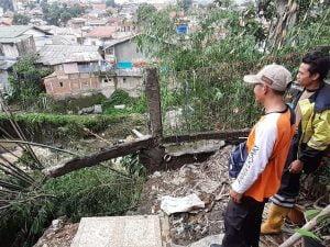 Rumah milik Slamet dan Sujono di wilayah Kp. Babakan Asem terancan longsor.