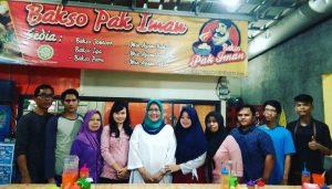 Bupati Bogor Ade Yasin berfoto bersama karyawan Bakso Pak Iman.