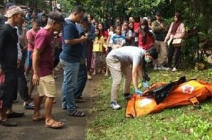 Mayat perempuan di aliran Sungai Ciliwung, sudah dalam kantong jenazah.