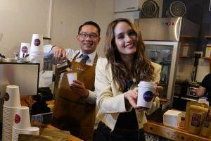 Meresmikan cafe bersama artis Cinta Laura di Australia, Gubernur Ridwan Kamil akhirnya pulang.