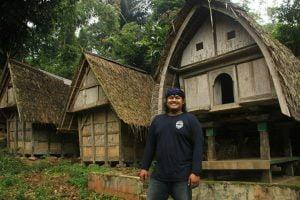 Deretan leuit (penyimpanan gabah) di kampung adat Urug.