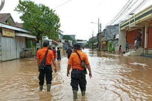 Hujan deras yang cukup lama mengakibatkan banjir