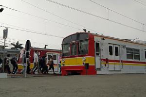 Suasana pergerakan penumpang dan kereta komuter yang siap bergerak di Stasiun Bogor Kota