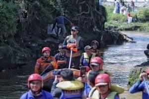 Walikota Bogor Bima Arya Sugiarto di Kali Ciliwung.