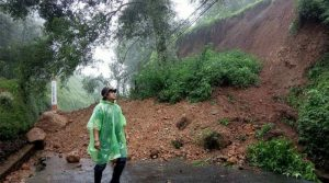 Tanah longsor terjadi di tebing Gunung Mas Puncak.