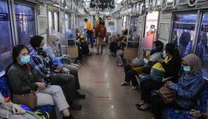 Sejumlah penumpang menaiki Kereta Rel Listrik (KRL) Commuter Line menuju Jakarta di stasiun Bekasi, Jawa Barat, Rabu (15/4/2020).