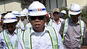 Menteri Pekerjaan Umum dan Perumahan Rakyat (PUPR) Basuki Hadimuljono (kiri) menyimak penjelasan petugas di lokasi pembangunan tanggul rob di Terboyo, Genuk, Semarang, Jawa Tengah, Jumat (16/6).