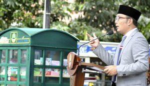 Gubernur Jawa Barat Ridwan Kamil menyampaikan sambutan saat peluncuran layanan Kotak Literasi Cerdas (Kolecer) di Taman Sempur, Kota Bogor, Jawa Barat, Sabtu (15/12/2018).