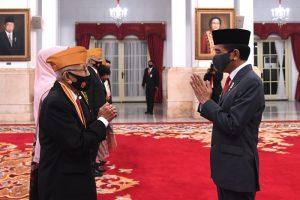 Presiden Joko Widodo (Jokowi) melantik Keanggotaan Dewan Pimpinan Pusat dan Dewan Pertimbangan Pusat Legiun Veteran Republik Indonesia (LVRI) di Istana Negara,